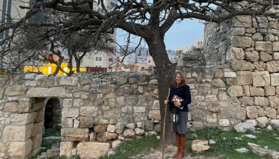 Kathleen Nichols en Mamre, Hebron en donde Abram fue encontrado por tres ángeles, bajo un laberinto. Tiene el bastón de Abraham y la lámpara de la fe que son símbolos de esta peregrinación actual de cuaresma